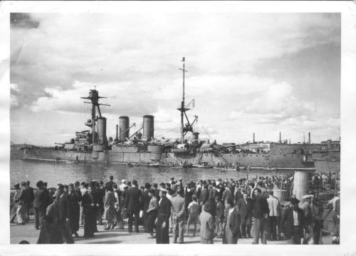 Το 'νόστιμον ήμαρ'. Το Θωρηκτό 'ΑΒΕΡΩΦ' έξωθεν προλιμένα Πειραιά την 17η ή 18η Οκτωβρίου 1944. Πλήθος κόσμου είχε συρρεύσει για να δει το πλοίο - σύμβολο. Μπορείτε να διακρίνετε επί του καταστρώματος και ένα στρατιωτικό φορτηγό (στο ύψος της σημερινής κλίμακας του πλοίου)